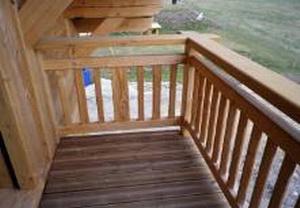 Tournage sur bois, barrière de balcon à Noville